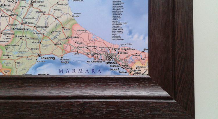 kalın ahşap çerçeveli harita